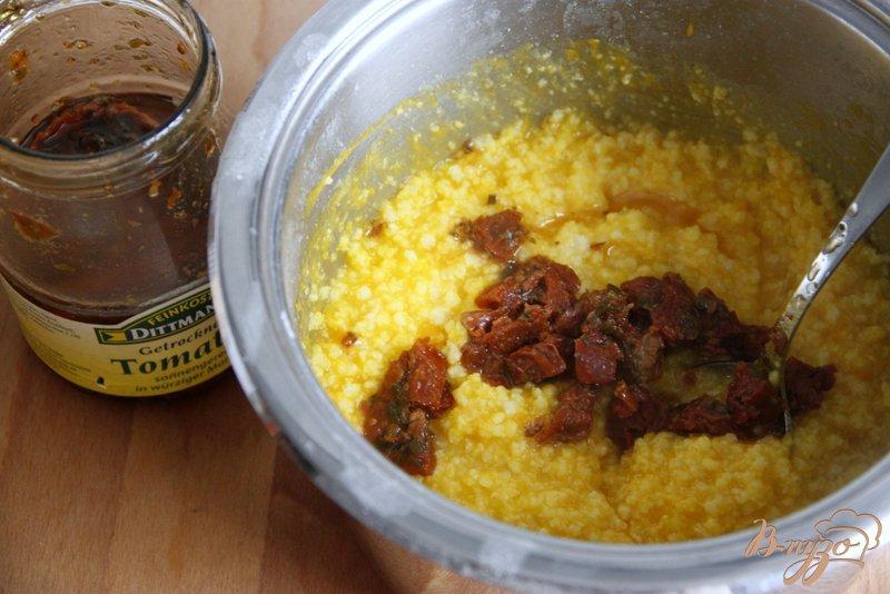 Фото приготовление рецепта: Пшенная каша с тыквой, вялеными томатами и  брынзой шаг №4