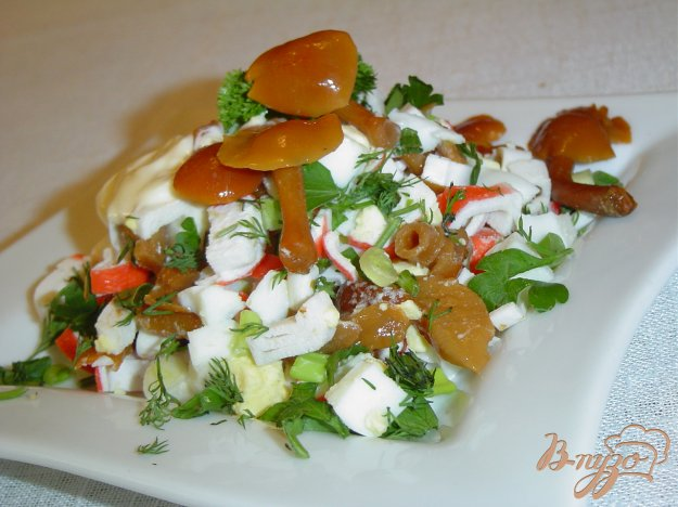 Рецепт Салат с опятами и крабовыми палочками