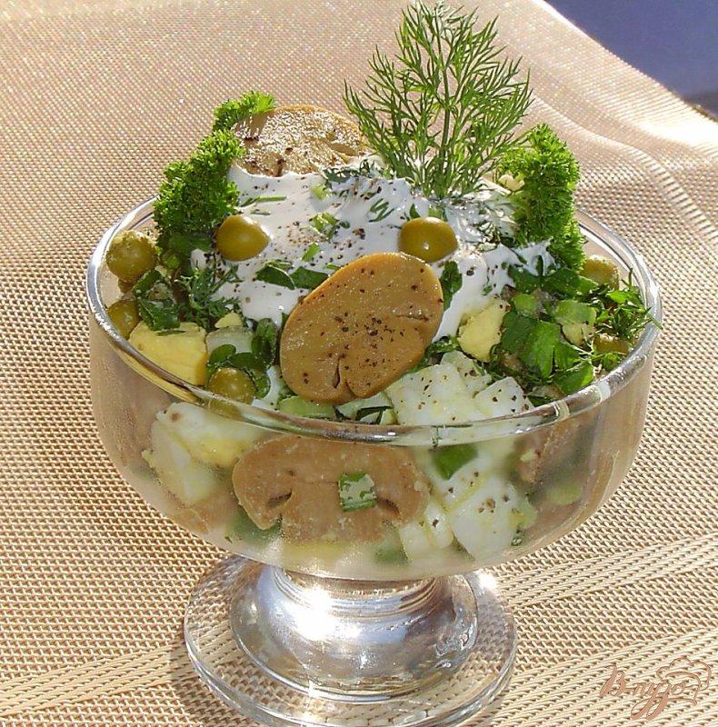 Фото приготовление рецепта: Салат из шампиньонов и зеленого горошка шаг №7