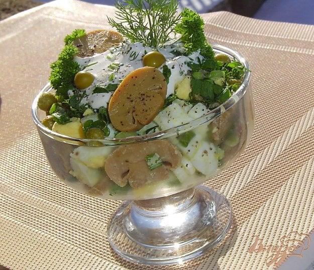 фото рецепта: Салат из шампиньонов и зеленого горошка
