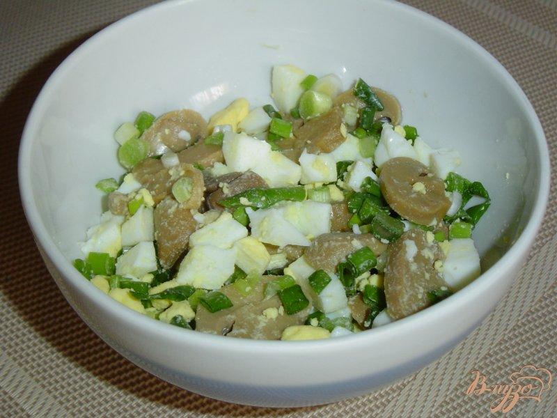 Фото приготовление рецепта: Салат из шампиньонов и зеленого горошка шаг №4