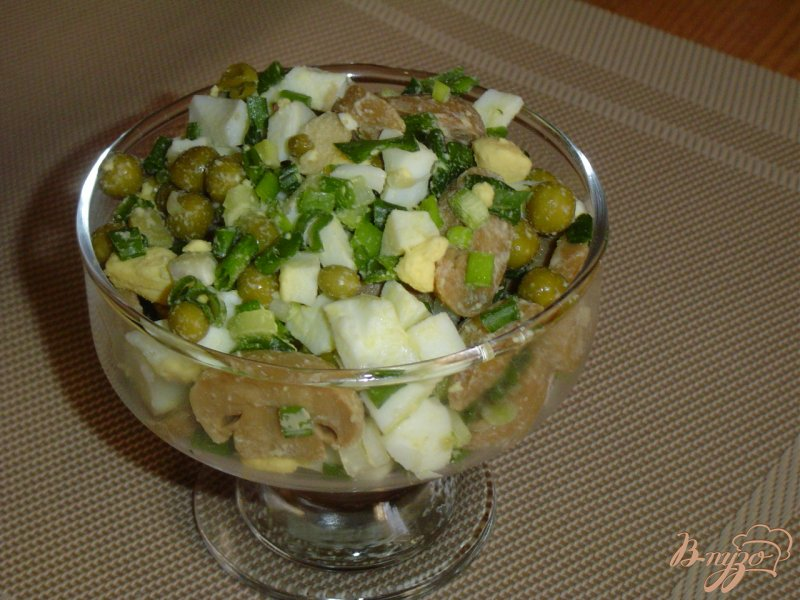 Фото приготовление рецепта: Салат из шампиньонов и зеленого горошка шаг №6