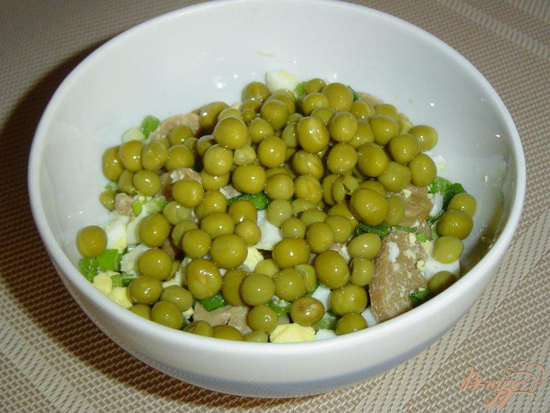 Фото приготовление рецепта: Салат из шампиньонов и зеленого горошка шаг №5