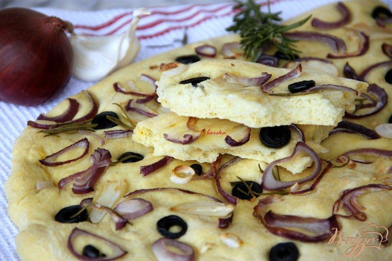 Фото приготовление рецепта: Фокачча с шафраном, луком, чесноком и маслинами шаг №7