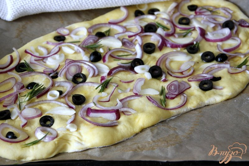 Фото приготовление рецепта: Фокачча с шафраном, луком, чесноком и маслинами шаг №6