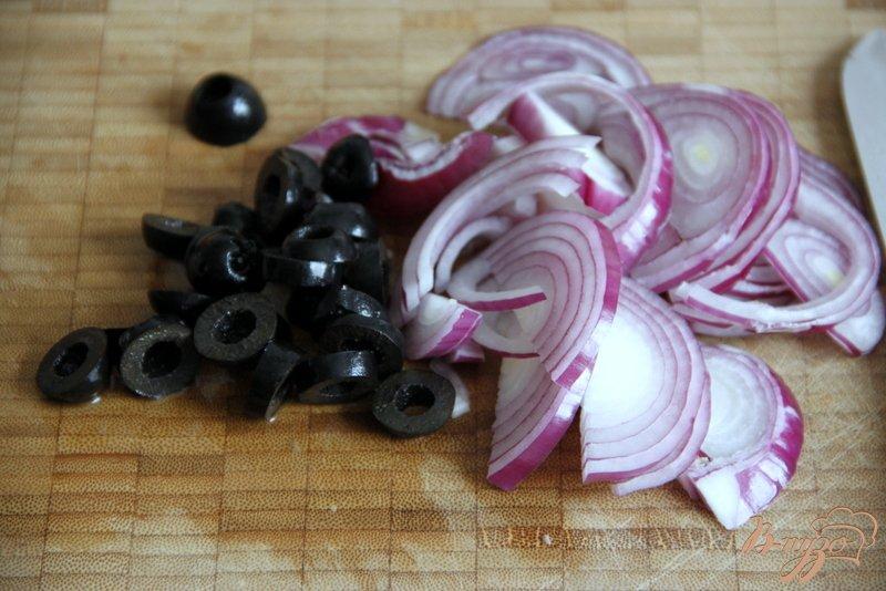 Фото приготовление рецепта: Фокачча с шафраном, луком, чесноком и маслинами шаг №5