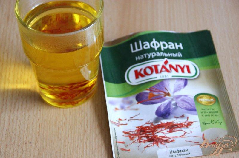 Фото приготовление рецепта: Фокачча с шафраном, луком, чесноком и маслинами шаг №1