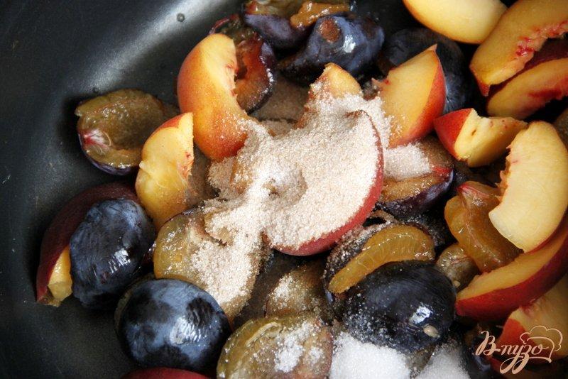 Фото приготовление рецепта: Сливово-персиковый компот шаг №2