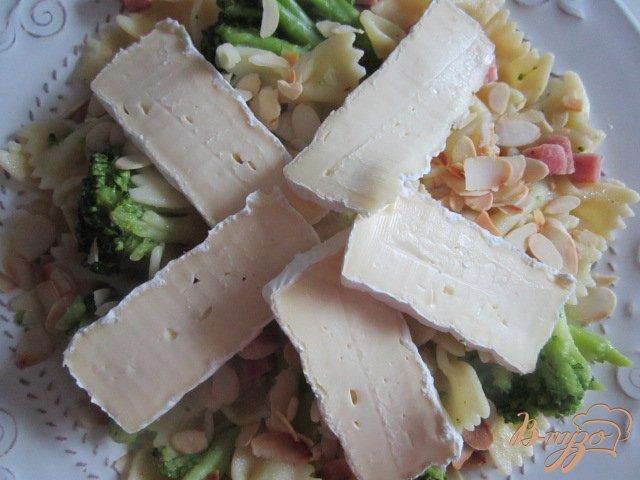 Фото приготовление рецепта: Паста с брокколи и сыром Бри шаг №7