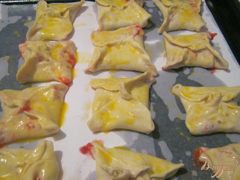 Фото приготовление рецепта: Слоёные конвертики с фруктовой начинкой шаг №6