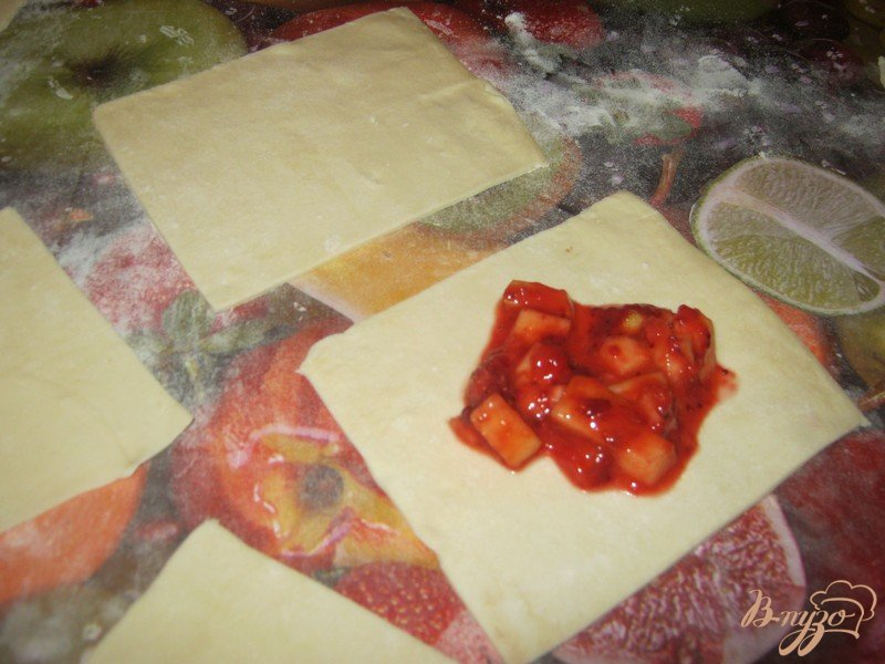 Фото приготовление рецепта: Слоёные конвертики с фруктовой начинкой шаг №4
