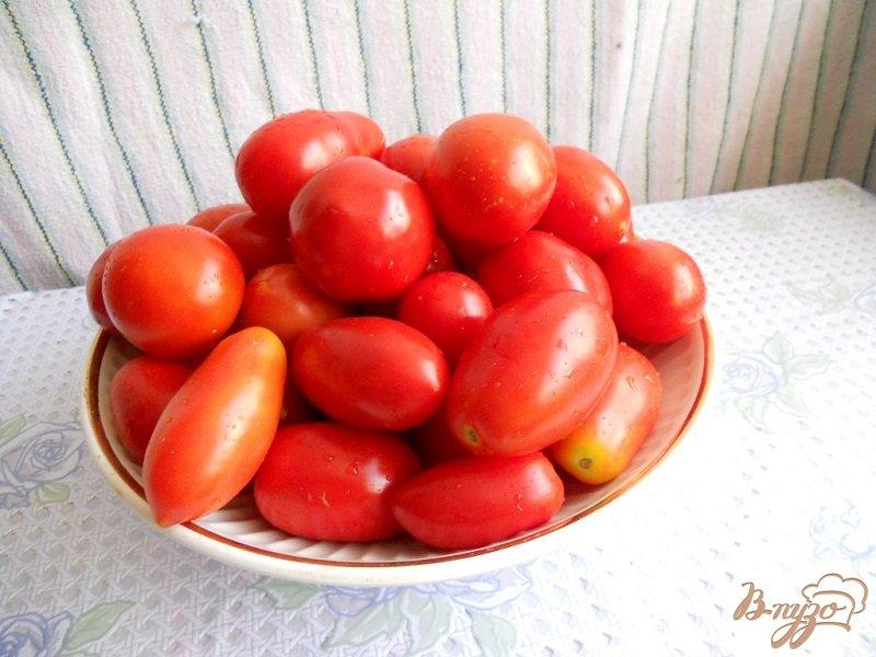 Фото приготовление рецепта: Помидоры с морковной ботвой на зиму шаг №1