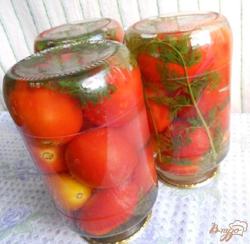 Фото приготовление рецепта: Помидоры с морковной ботвой на зиму шаг №4