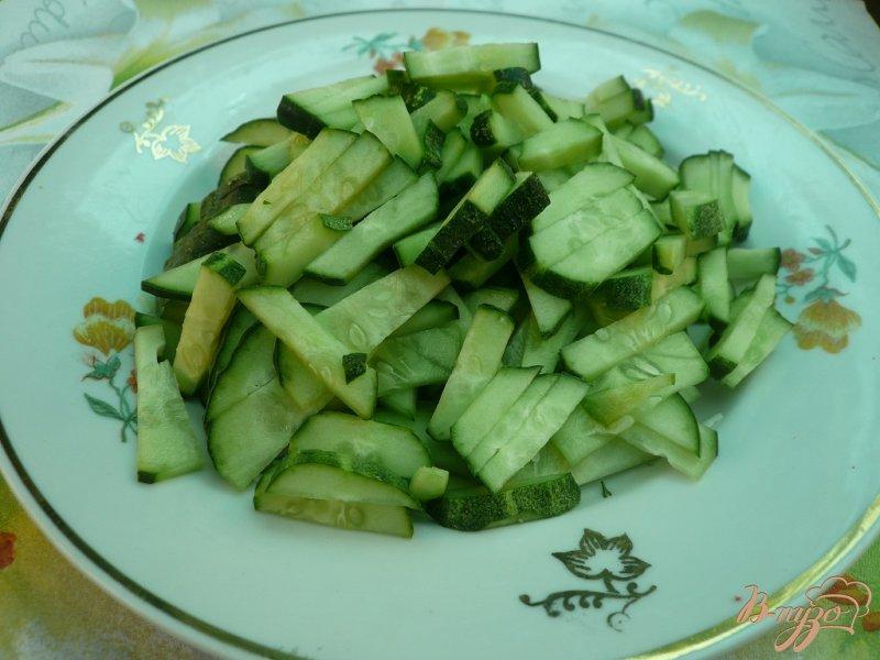 Фото приготовление рецепта: Салат свежий с крабовыми палочками шаг №3