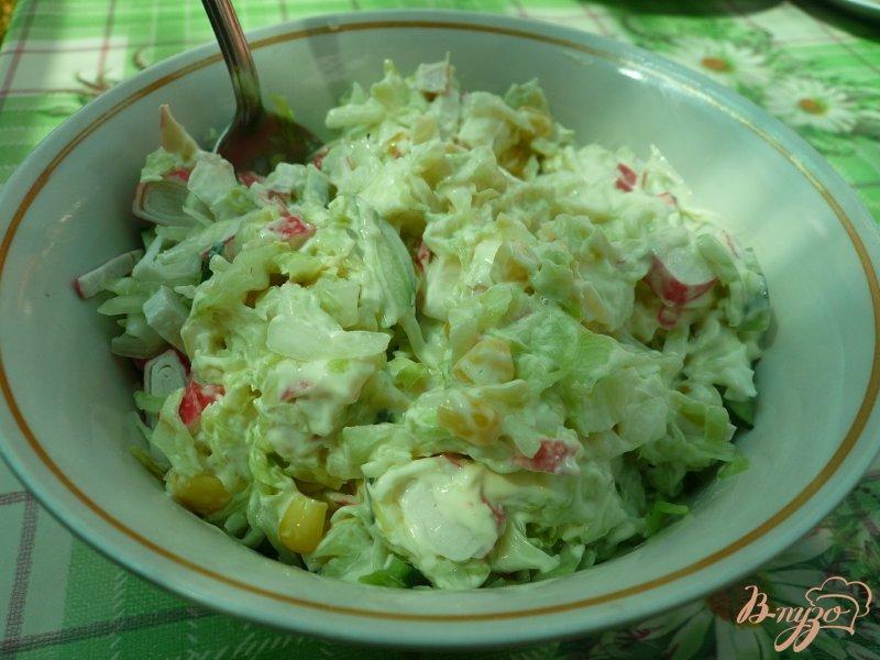 Фото приготовление рецепта: Салат свежий с крабовыми палочками шаг №6