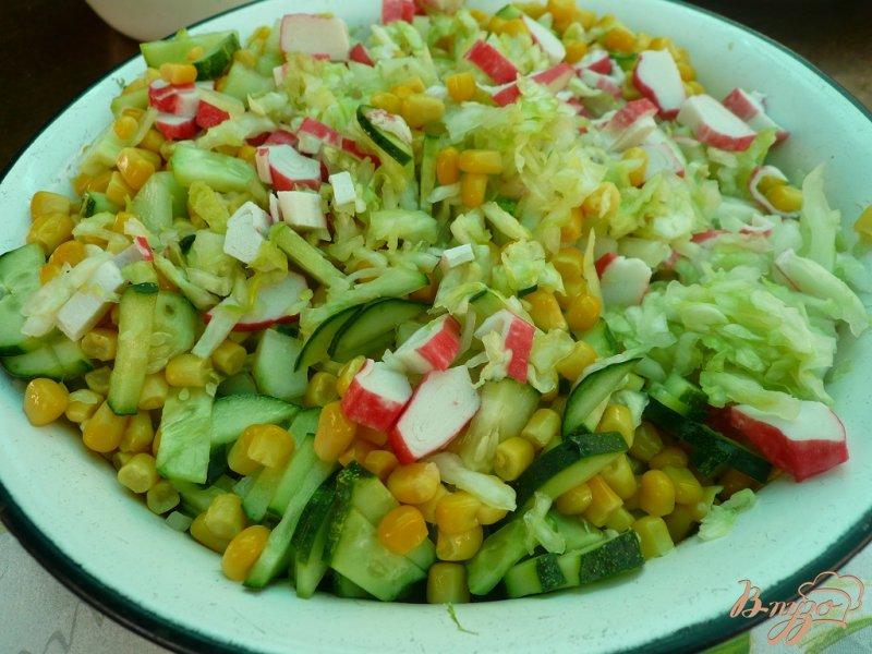 Фото приготовление рецепта: Салат свежий с крабовыми палочками шаг №5