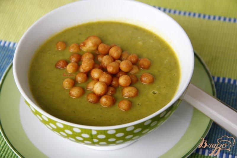 Фото приготовление рецепта: Суп-пюре из брокколи, лука-порея и тыквы шаг №4