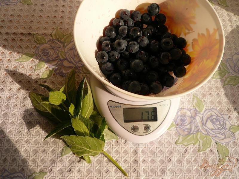 Фото приготовление рецепта: Компот из винограда с мятой шаг №2