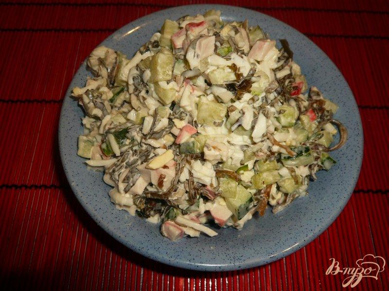 Фото приготовление рецепта: Нежный салат с морской капустой шаг №7