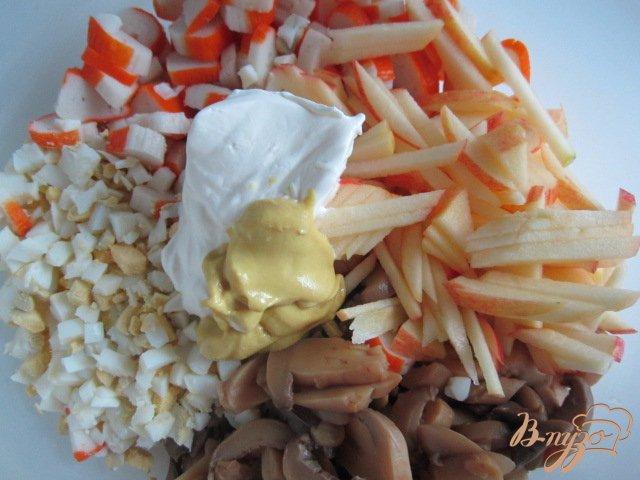 Фото приготовление рецепта: Салат с крабовыми палочками и грибами шаг №4