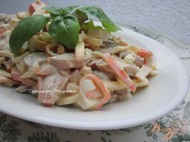 Фото приготовление рецепта: Салат с крабовыми палочками и грибами шаг №5