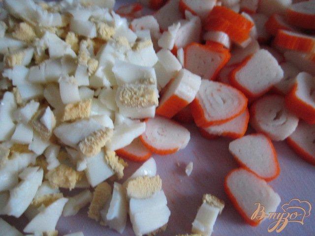 Фото приготовление рецепта: Салат с крабовыми палочками и грибами шаг №2