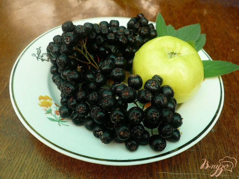 Фото приготовление рецепта: Компот из черноплодной рябины с яблоком и мятой шаг №1