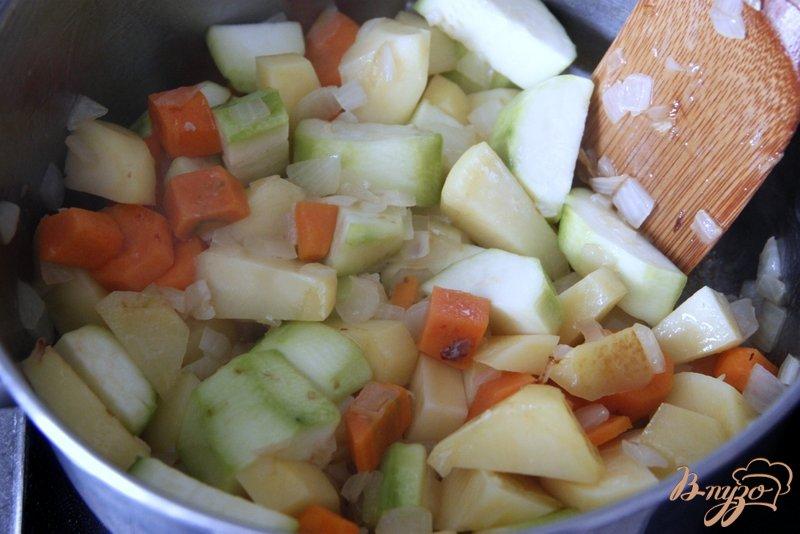 Фото приготовление рецепта: Сырно-овощной крем-суп шаг №2