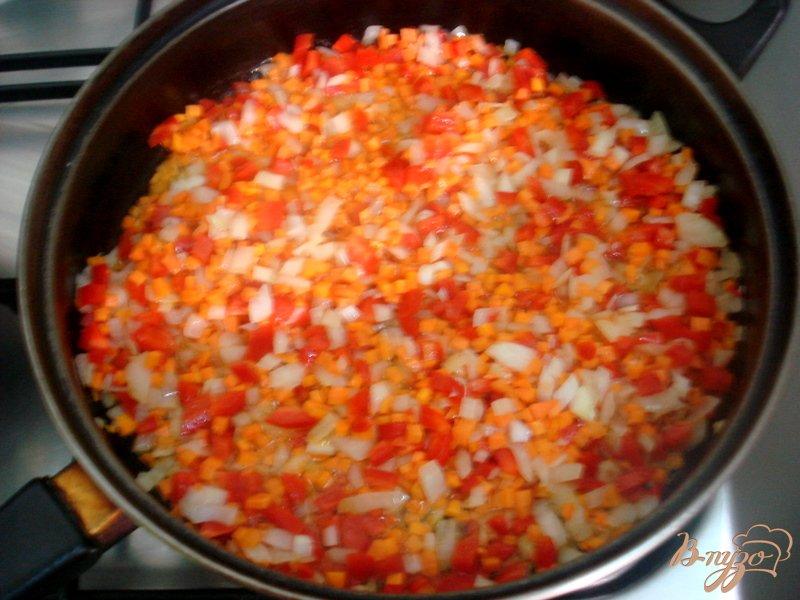 Фото приготовление рецепта: Рис с перцем и горошком шаг №6