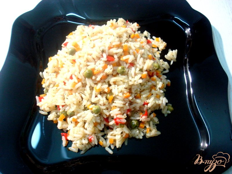 Фото приготовление рецепта: Рис с перцем и горошком шаг №9