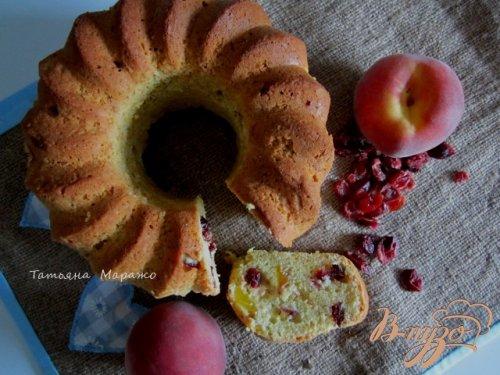 Ореховый кекс с вяленой вишней и персиками