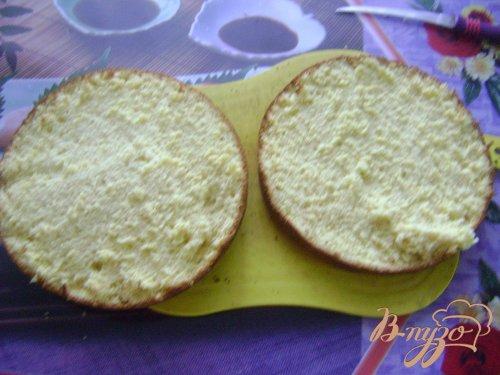 Бисквитный торт с бананами и клубникой