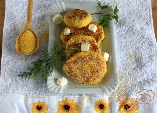 Картофельные котлеты с брынзой в полента-панировке