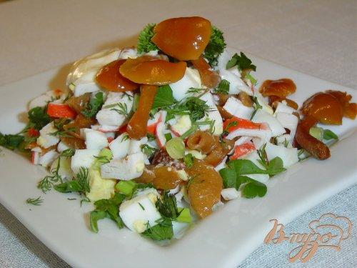 Салат с опятами и крабовыми палочками