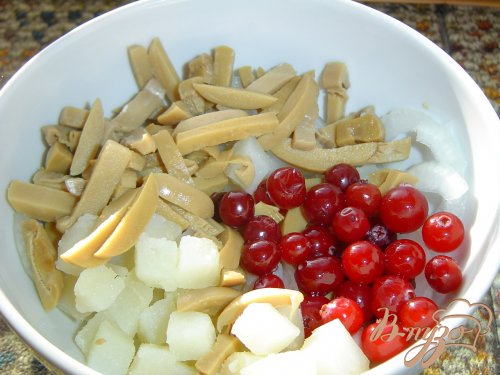 Картофельный салат с грибами и клюквой