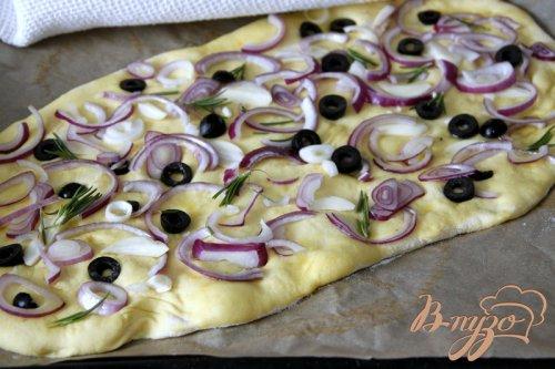 Фокачча с шафраном, луком, чесноком и маслинами