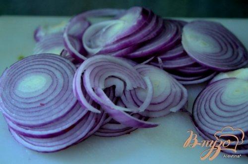 Розовый маринованный лук