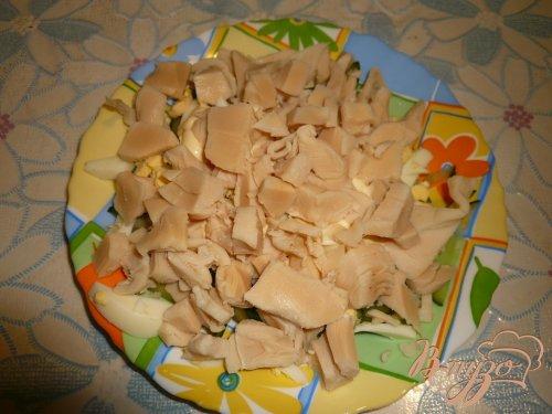 Легкий салат с консервированным кальмаром
