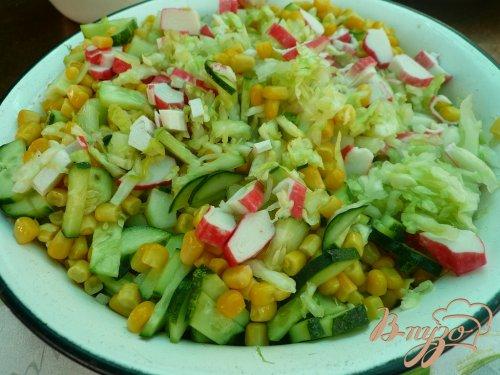 Салат свежий с крабовыми палочками