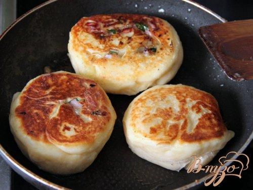 Жареные картофельные рулетики с ветчиной и луком