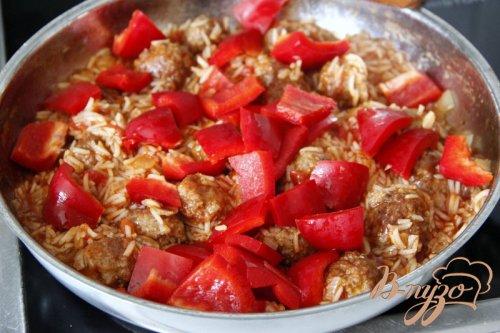 Рисовая сковорода с мясными шариками и паприкой