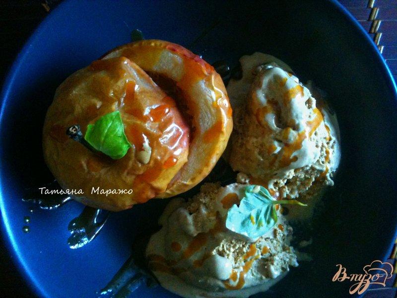 Фото приготовление рецепта: Печеные яблоки с карамелью и арахисом шаг №4