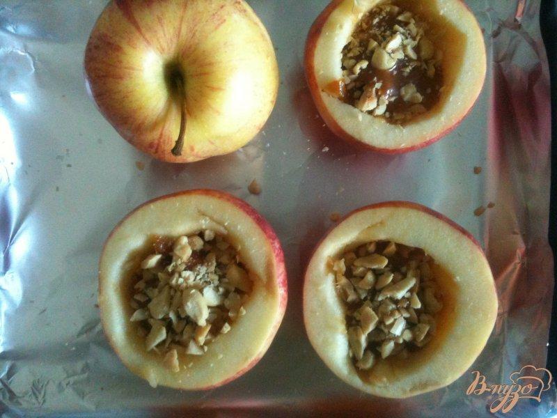 Фото приготовление рецепта: Печеные яблоки с карамелью и арахисом шаг №2