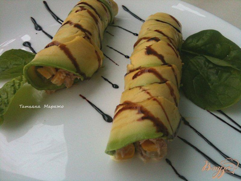Фото приготовление рецепта: Рулетики из авокадо с салатом из тунца шаг №4