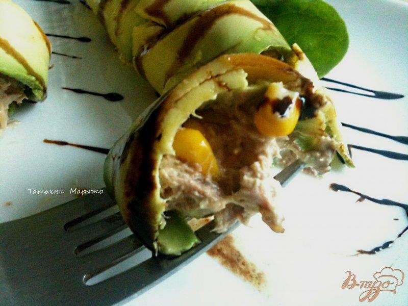 Фото приготовление рецепта: Рулетики из авокадо с салатом из тунца шаг №5