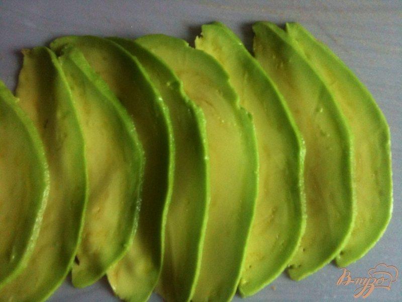 Фото приготовление рецепта: Рулетики из авокадо с салатом из тунца шаг №2