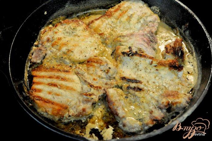Фото приготовление рецепта: Свиные отбивные на чугунной сковороде шаг №2