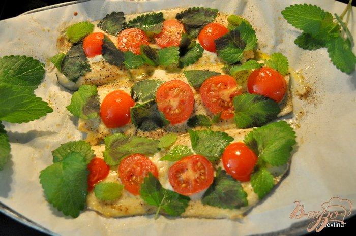 Фото приготовление рецепта: Форель с помидорами и базиликом шаг №3