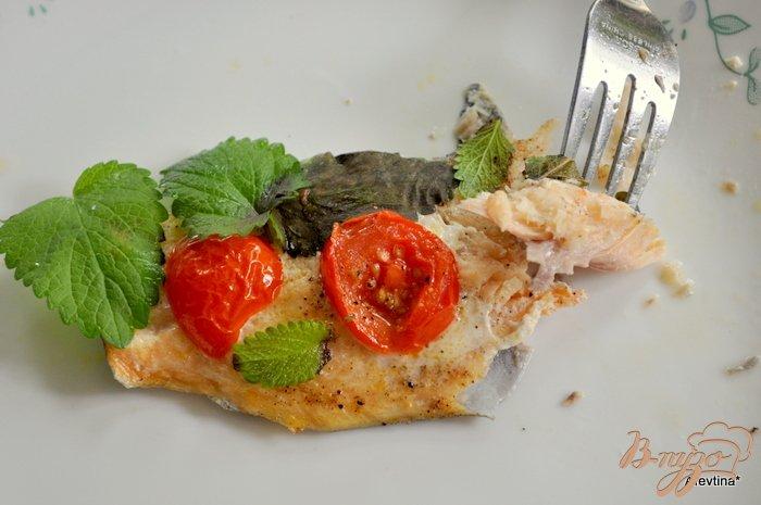 Фото приготовление рецепта: Форель с помидорами и базиликом шаг №4