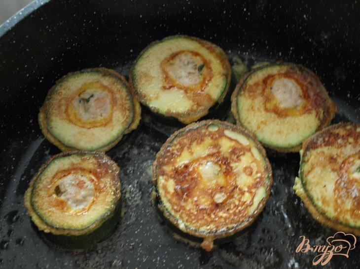 Фото приготовление рецепта: Кабачковые медальоны с куриным фаршем шаг №6